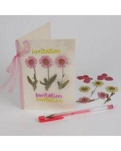 Kortti prässätyillä kukilla