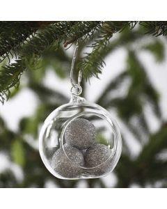 Kimaltavilla palloilla täytetty lasipallo