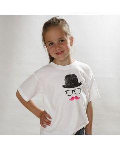 T-paita, hattu, lasit ja viikset