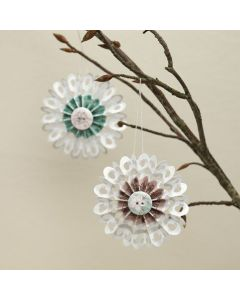 Kuvioteipillä ja napilla koristeltu paperirosetti