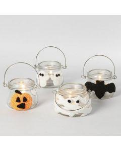 Halloweenlyhdyt, jotka on koristeltu helmimassakuvioilla