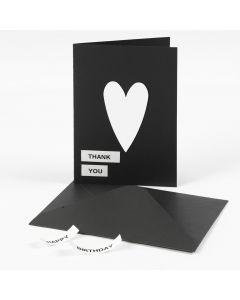DYMO-teipillä ja kartonkisydämellä koristeltu korttipohja