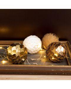 Kävyn näköiset joulupallot nahkapaperista