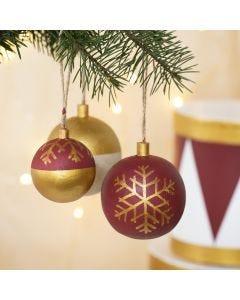Plus color- maaleilla ja tusseilla koristellut joulupallot