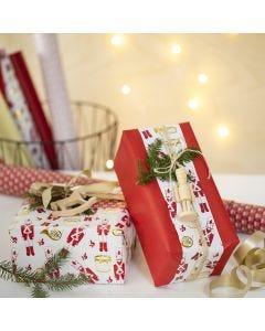 Luovaa lahjapaketointia kahdella eri lahjapaperilla ja puufiguurilla