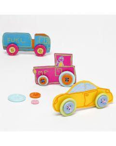 Kutistemuovista tehdyt autot, joilla on nappirenkaat.