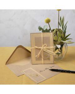 Ekokartongista tehty kortti, koristeltu kuivatulla lehdellä