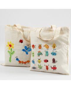 Tekstiileille tarkoitetuilla sormiväreillä koristellut kangaskassit.
