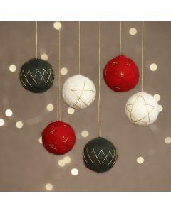 Neulahuovutettuja joulupalloja