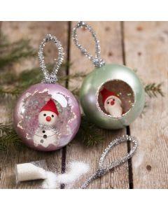 Art Metal-maalilla, kimalteella ja Silk Clay-hahmoilla koristellut joulupallot