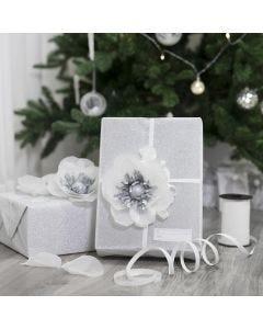 Silkkipaperikukalla koristeltu lahjapaketti
