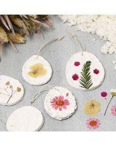 Ripustettavat paperimassa koristeet kuivatuilla kukilla