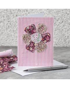 Ommellulla kukalla koristeltu kortti