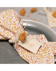 Servietit kangastilkuista ja kuivatuilla kukilla koristellut serviettirenkaat