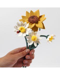 Auringonkukkia ja päivänkakkaroita Silk Clay:sta
