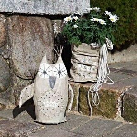 Koristeellinen pöllö ja laukkuruukku puutarhaan