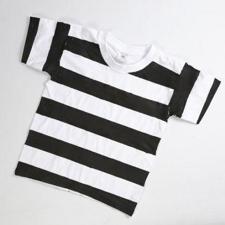 Vangin asu T-paidasta ja mustasta maalista