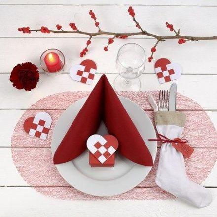 Punavalkoinen joulupöytä