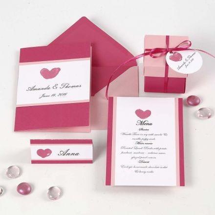 Pinkki ja rosa kutsu, paikkakortti ja menu, sekä pöytäkoristeet