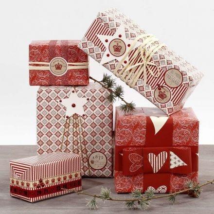 Tarroilla ja nauhoilla koristellut lahjapaketit