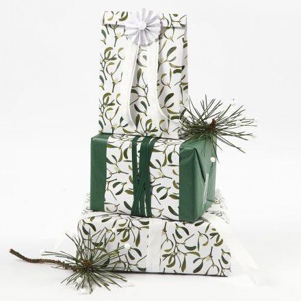 Lahjapaketointia silkkipaperista ja Vivi Gade Design-paperista