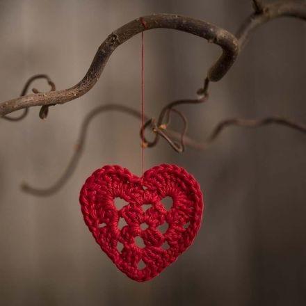 Pieni puuvillalangasta virkattu sydän