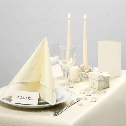 Ajattoman luonnonvalkonen juhlapöytä