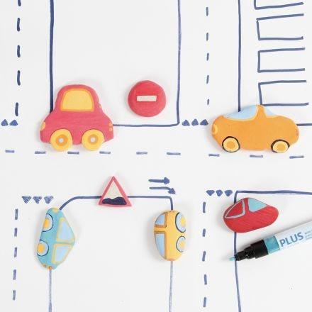 Autoja ja liikennemerkkejä itsekovettuvasta savesta