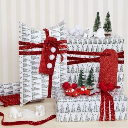 Miniatyyrihahmoilla koristellut lahjapakkaukset