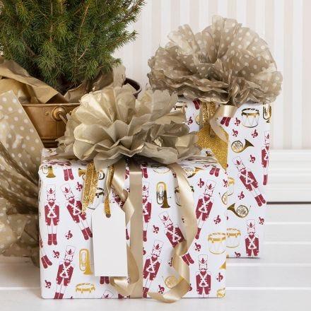 Silkkipaperiset pom-pomit lahjapaketeissa