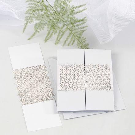 Pitsikuvioitu kartonki koristeena kolmiosaisessa kortissa