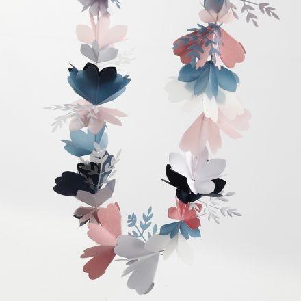Kukkaköynnös kartongista ja kuultopaperista