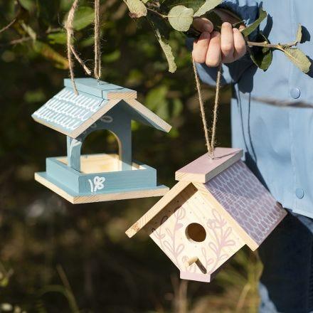 Itse tehty lintulauta, joka on maalattu askartelumaalilla ja koristeltu Plus Color-tusseilla
