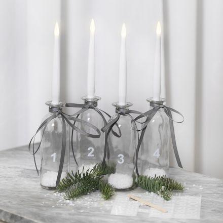 Adventtikynttilät lasipulloista, LED-kynttilöistä ja siirtotarroista.