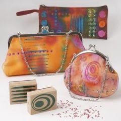 Värjätyt ja leimasimilla koristellut pienet laukut