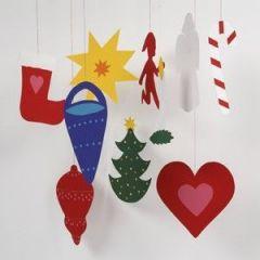 Lapset tekevät joulukoristeita