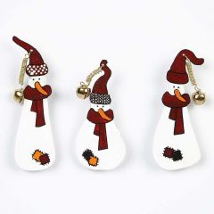 Kutistemuovista tehdyt lumiukot