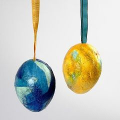 Silkkipaperilla ja glitterillä koristellut styroxmunat