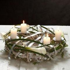 Puun lämpöä ja metallin hohtoa kynttiläkranssissa