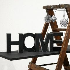 'Home' – maalatut pahvikirjaimet