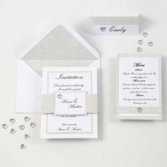 Valkoisen ja hopean väriset kutsu, menukortti ja paikkakortti