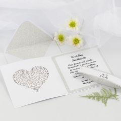 Kimallepaperilla koristeltu hääkutsu ja kirjekuori