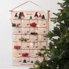 Perinteinen joulukalenteri roikkuvasta lokerikosta.