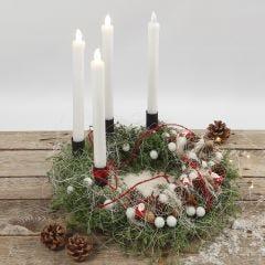 Luonnonmateriaaleilla ja LED- kynttilöillä koristeltu adventtikranssi