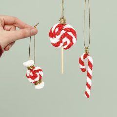 Roikkuvat joulukarkkikoristeet Foam Clay:sta
