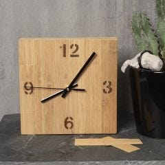 Bambulla koristeltu kellotaulu