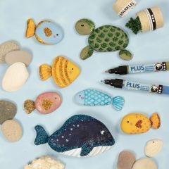 Maalatut kivistä tehdyt mereneläimet ekologisella kimalteella
