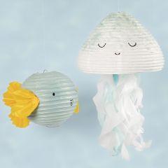 Kala ja mustekala askartelumaaleilla ja silkkipapereilla koristelluista paperilampuista