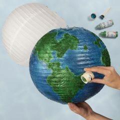 Maapallo paperilampusta, joka on koristeltu maalilla ja kimalteella