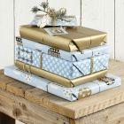 Siniset ja kullanväriset lahjapaketit